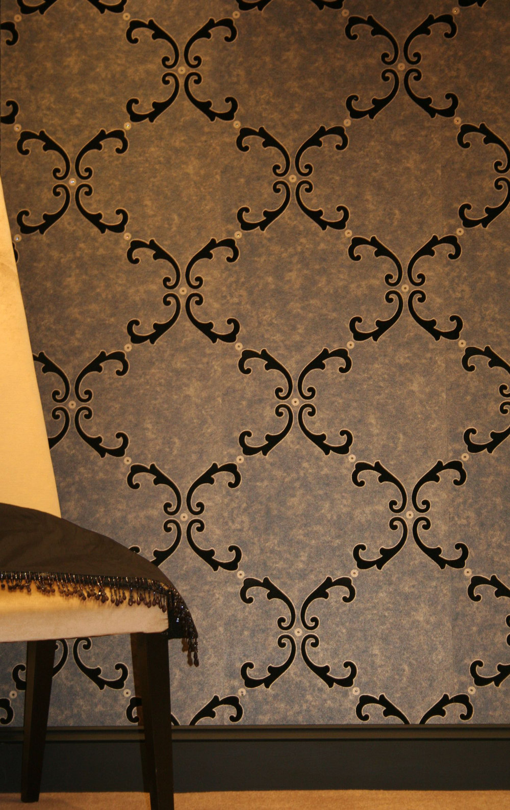 Trellis Scroll Flocked Wallpaper crystallised - Black / Gold - by Kandola